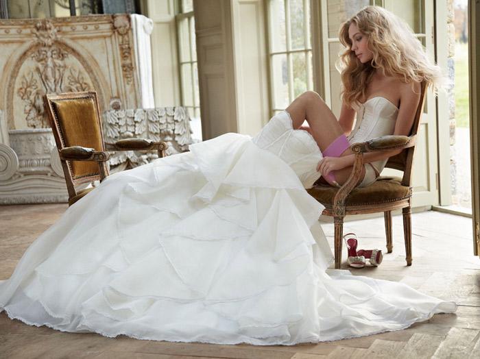 Lộng lẫy và lãng mạn như váy cưới 2012