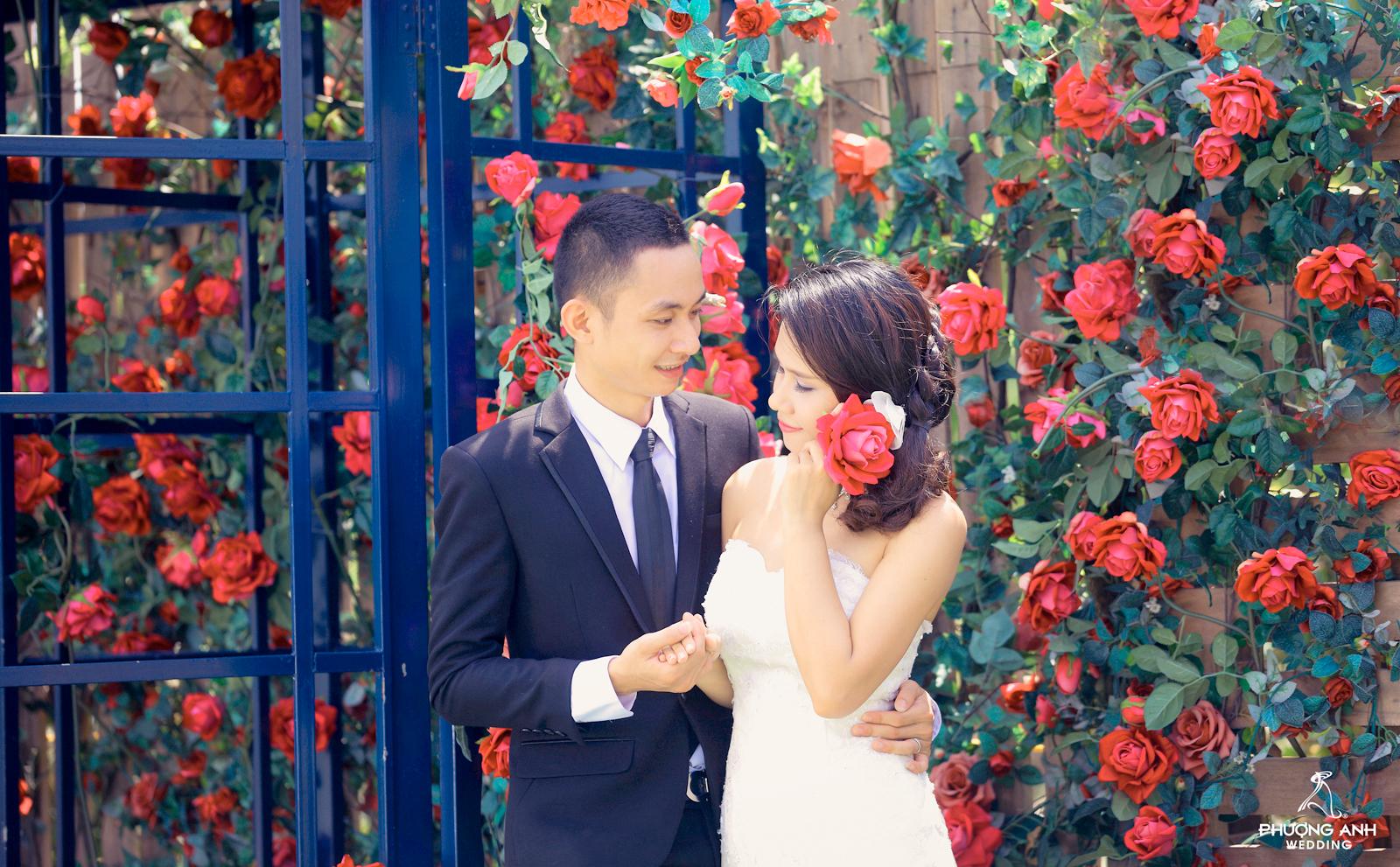 Cô dâu với tóc cài hoa hồng lãng mạn