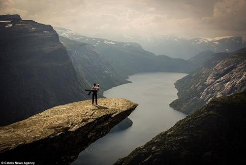 Cầu hôn trên mỏm đá cao gần 700m