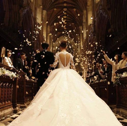 Chiếc váy cưới làm chú rể nhất ngây